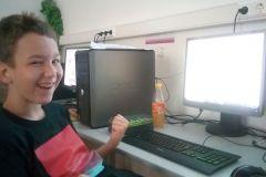 Felix hat den lightbot korrekt programmiert und freut sich! (2a, Juni '19)